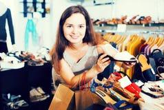 Ботинки лета женщины покупая Стоковые Фото