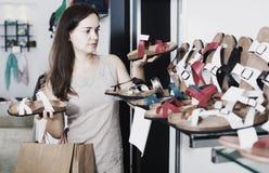 Ботинки лета женщины покупая Стоковая Фотография