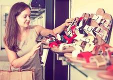 Ботинки лета женщины покупая Стоковые Фотографии RF