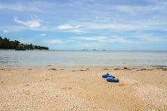 Ботинки детей выведенные на пляж Стоковая Фотография