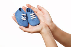 Ботинки детей в руках женщин Стоковое фото RF