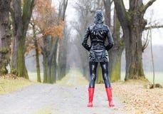 Ботинки женщины нося резиновые Стоковое Изображение RF