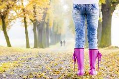 Ботинки женщины нося резиновые Стоковые Изображения