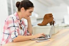 Ботинки женщины покупая на интернете Стоковое Изображение RF