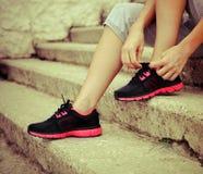Ботинки женщины пробуя идущие получая готовый для jogging Стоковые Фото