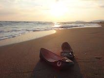 Ботинки женщин на песке Стоковые Фото