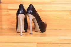 Ботинки женщин на трапе Стоковое Изображение RF