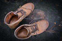 Ботинки замши на grungy древесине Стоковая Фотография