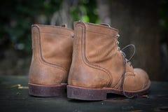 Ботинки замши на grungy древесине Стоковое Изображение RF