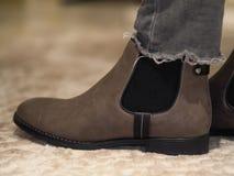 Ботинки зимы женщин Брауна и брюки джинсов стоковые изображения