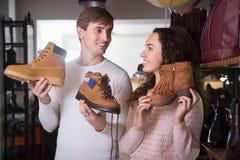 Ботинки зимы молодых пар покупая Стоковая Фотография RF