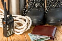 Ботинки зимы, рация, сильная веревочка и некоторые деньги для da Стоковая Фотография