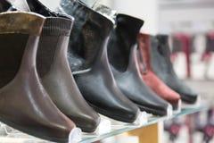 Ботинки зимы ` s людей Ботинки зимы ` s людей в магазине одежды с селективным фокусом Стоковое Фото