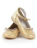 ботинки золотистых пар девушок глянцеватые Стоковые Фотографии RF