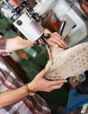 Ботинки зрелого рабочего класса шить кожаные на токарном станке стежком Стоковые Фото