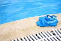 Ботинки и бассейн стоковые фотографии rf
