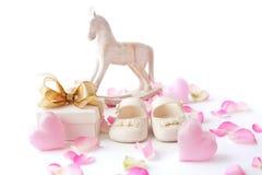 Ботинки и подарок младенца Стоковое Фото