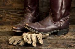 Ботинки ковбоя и кожаные перчатки Стоковые Изображения