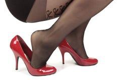 Ботинки & колготки пятки женщины нося стоковое фото rf