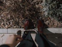 Ботинки лакированной кожи модной осени красные стоковые фотографии rf