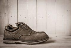 ботинки людей коричневые на белом деревянном столе Стоковые Фотографии RF