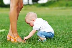 Ботинки мамы касания маленького ребенка Стоковое Изображение