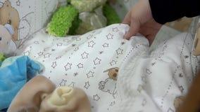 Ботинки малыша брошены в вашгерд и мать будущего касается одеялу младенца акции видеоматериалы