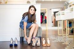 Ботинки милой латинской женщины покупая Стоковая Фотография