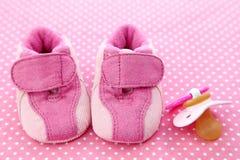 ботинки младенца думмичные розовые Стоковые Изображения