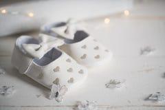 Ботинки младенца на винтажной предпосылке Стоковое Изображение RF
