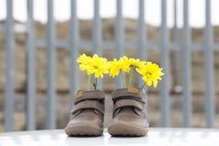 Ботинки младенца с желтыми цветками Стоковые Изображения RF