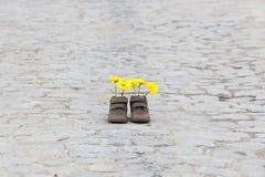 Ботинки младенца с желтыми цветками Стоковое фото RF