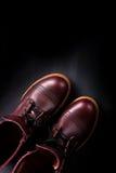 Ботинки модных людей кожаные коричневые на черной предпосылке Ботинки людей высокие Взгляд сверху скопируйте космос Стоковое Изображение