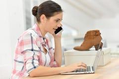 Ботинки молодой женщины приказывая на интернете от дома Стоковая Фотография RF