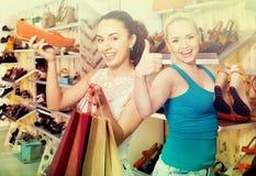 Ботинки молодых женщин ходя по магазинам Стоковое Изображение