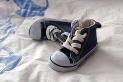 Голубые ботинки младенца джинсовой ткани Стоковые Фотографии RF