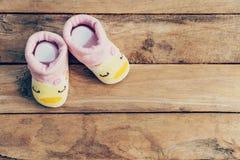 Ботинки младенца на деревянной предпосылке стоковое фото rf