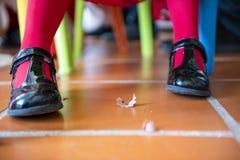 Ботинки насосов маленькой девочки нося с shavings карандаша стоковое изображение