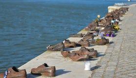 Ботинки на банке Дуная мемориал для того чтобы удостоить людей которые были убиты фашистами стоковые изображения
