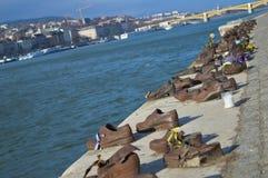 Ботинки на банке Дуная мемориал для того чтобы удостоить людей которые были убиты фашистами стоковая фотография rf