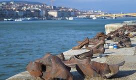 Ботинки на банке Дуная мемориал для того чтобы удостоить людей которые были убиты фашистами стоковые фотографии rf