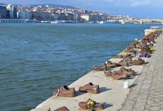 Ботинки на банке Дуная мемориал для того чтобы удостоить людей которые были убиты фашистами стоковые изображения rf