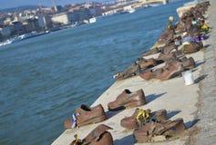 Ботинки на банке Дуная мемориал для того чтобы удостоить людей которые были убиты фашистами стоковое фото rf