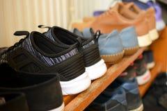 Ботинки на деревянном шкафе ботинка стоковые изображения