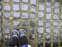 Ботинки на дороге булыжника в Белграде стоковое изображение rf