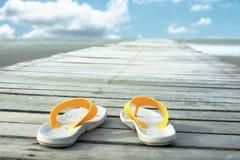 Ботинки на деревянной дорожке Стоковая Фотография