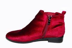 Ботинки лодыжки бархата ` s дамы красные изолированные на белой предпосылке Стоковые Фото