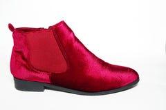 Ботинки лодыжки бархата ` s дамы красные изолированные на белой предпосылке Стоковая Фотография RF