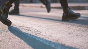 Ботинки патента черноты crosswalk улицы скрещивания женщины сток-видео