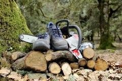 Ботинки, перчатки и изумлённые взгляды безопасности для безопасного использования цепной пилы Стоковая Фотография RF